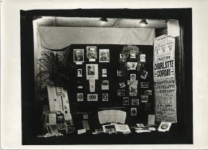 3 -  Etalage de Marigny et Joly, libraires à Caen