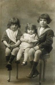 13 - 1922-1923. Ses enfants, de g. à dr., Maurice, Geneviève et Georges