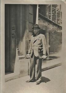 16 - Vers 1945. A Paris devant son domicile