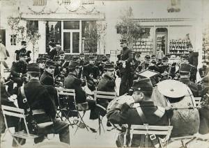17 - 136e RI de Saint-Lô. Concert vers 1910. Dirigeant au centre