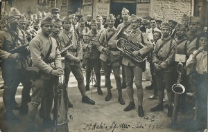 22 -  Saint-Aubin-sur-Mer Eté 1922 Musique du 36e. Debout avec un képi
