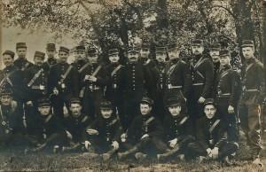 23 - 28e RI. Terrain de Bagatelle 13 mai 1905 debout 7e en partant de la droite