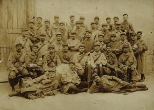 29 - 1914 les musiciens du 115e RI. Au centre les bras croisés (2)