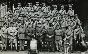 36 - Eté 1933. La Musique du 129e RI. Au centre du 1er rang.