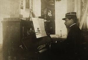 8 - 1908. Au piano