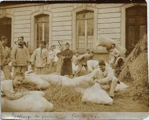 Remplissage des paillasses février 1906